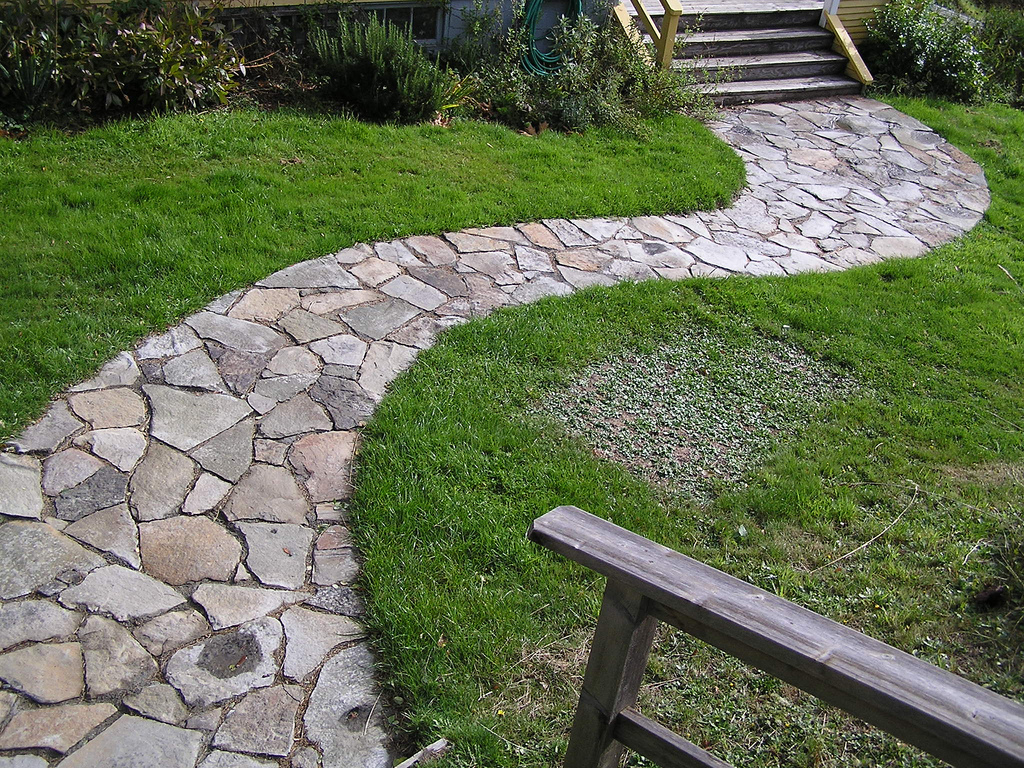 How to lay down a stone pathway how to build a house Types of pathways in landscaping