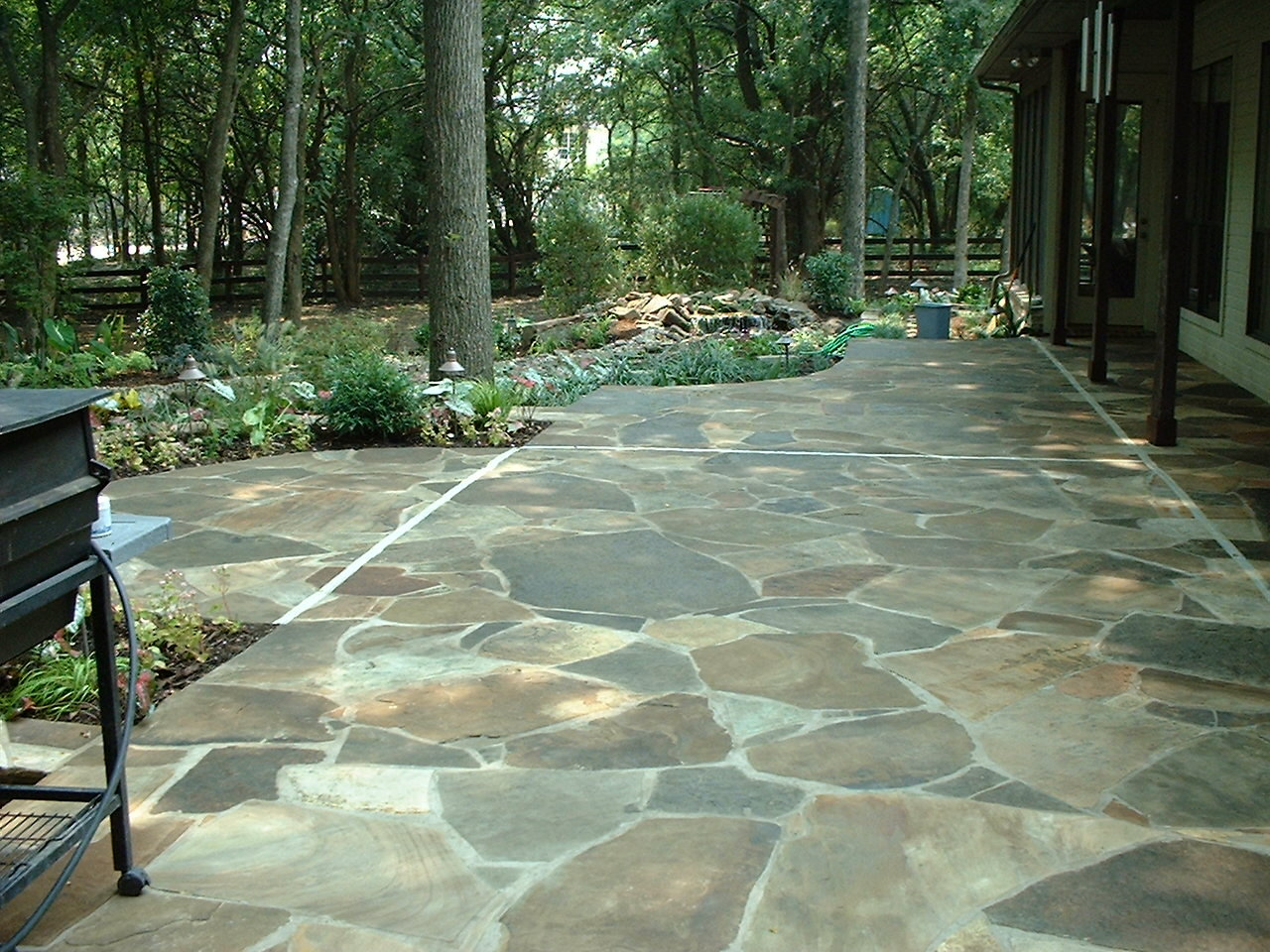 Laying a flagstone patio tips how to build a house having a patio built for you is expensive even if you can find a good professional to do it however if you can do it yourself and you dont have to pay solutioingenieria Images
